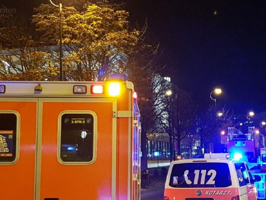 Unbekannter fuhr in Düsseldorf in Menschengruppe vor Disco